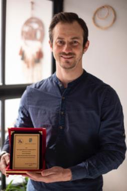 """SDÜ Öğrencisi, """"Suat Taşer Kısa Oyun Yazma Yarışması""""ndan Ödülle Döndü"""